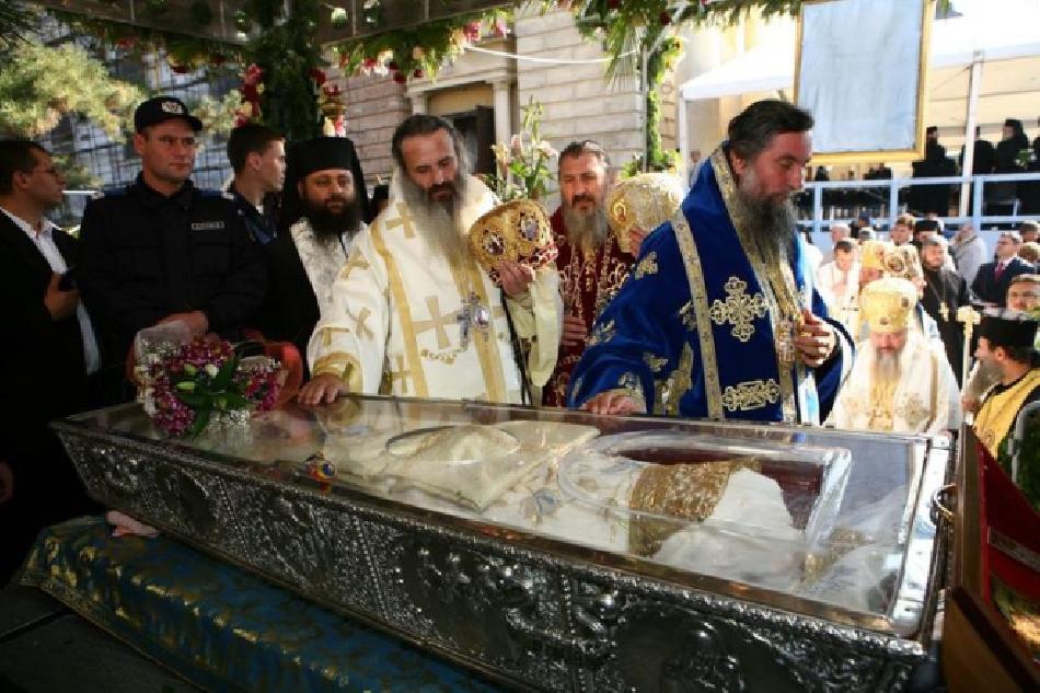 cada-octubre-los-peregrinos-adoran-a-santa-parascheva-en-iasi