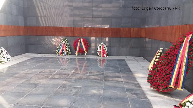 ביום הזכרון של השואה ברומניה, טקס זיכרון באנדרטת קרבנות השואה
