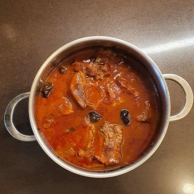 rinderzunge-mit-oliven-in-weinsauce