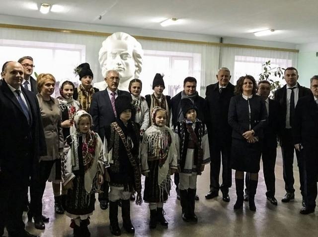 el-ministro-rumano-de-exteriores-en-cernauti