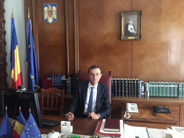 salone torino, il presidente dell'accademia romena, i.a.pop, presenta storia della transilvania