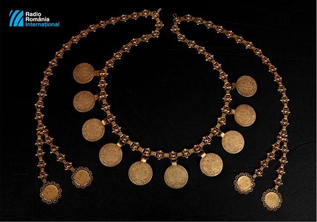 decembre-2019---collier-de-10-grandes-pieces-de-monnaie