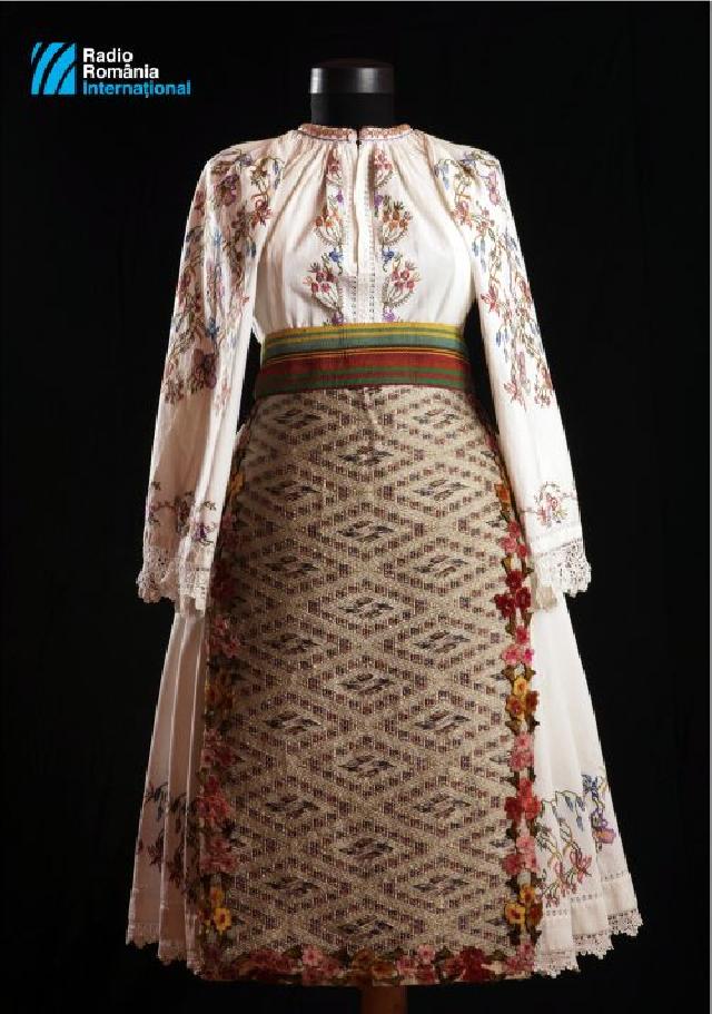 mai-2019---costume-traditionnel-de-fete-porte-par-les-femmes-de-paru-departement-de-timis-