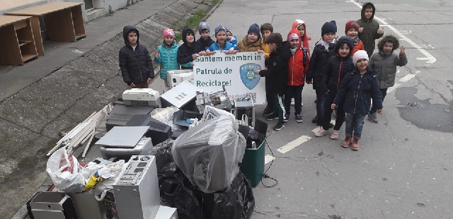 recycling-patrouille-schuler-sammeln-elektroschrott-ein